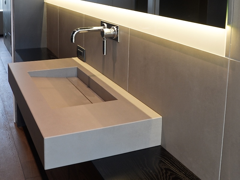 top bagno in agglomerato di quarzo con vasca integrata