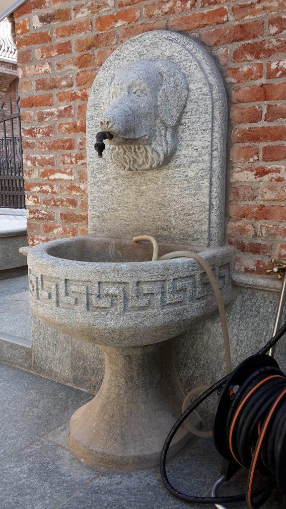 scultura fontana pietra cane