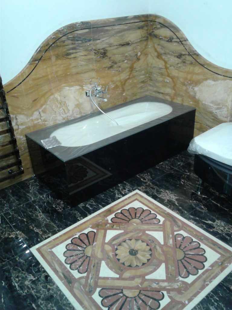 bagno in marmo con intarsio