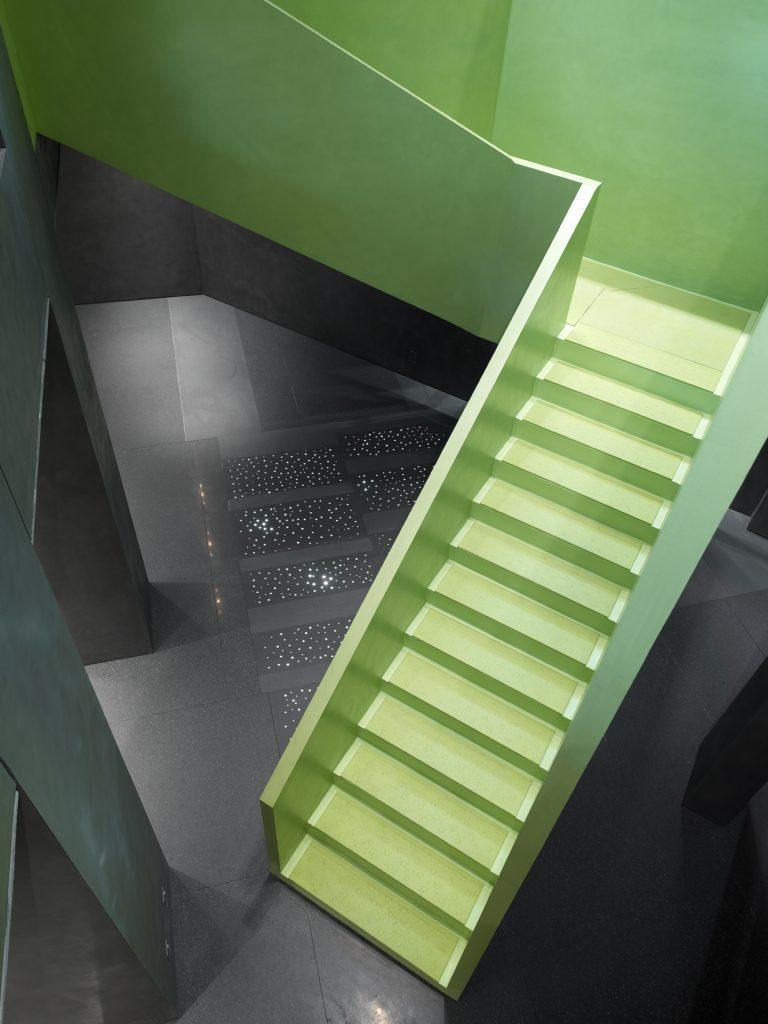 scala in pietra agglomerato verde