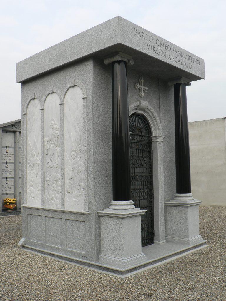 edicola funeraria in pietra e granito nero con sculture in marmo