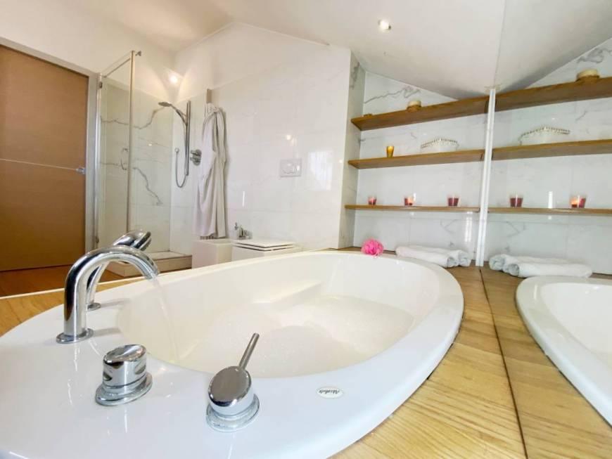 bagno-in-marmo-bianco-moderno